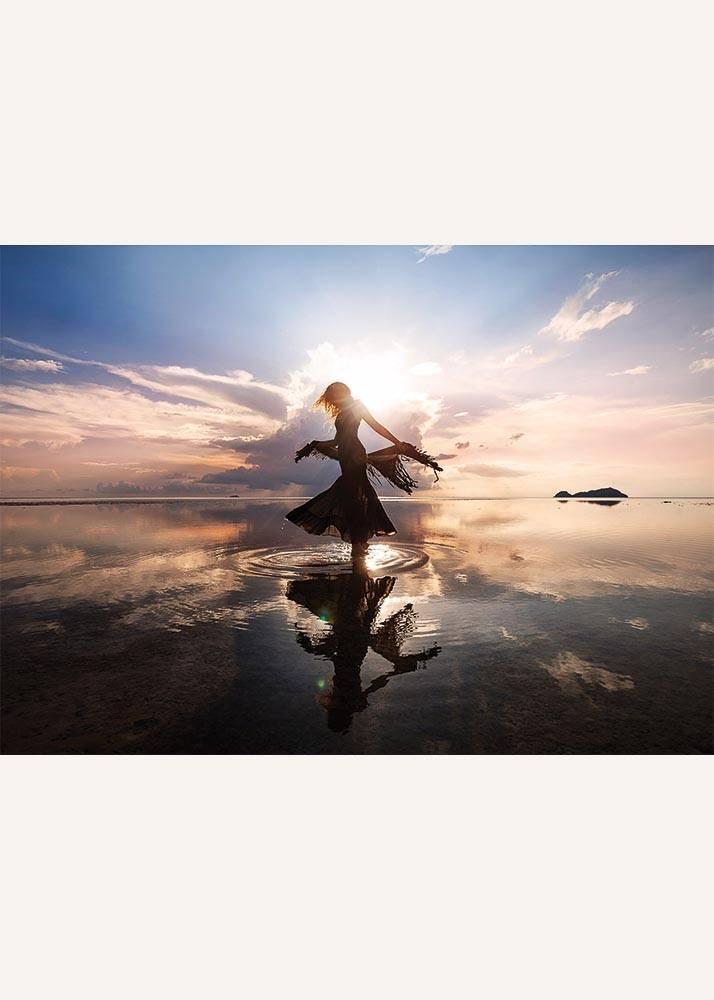 Tańcząca Kobieta o Wschodzie Słońca, Plakat - 1